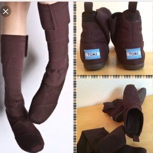 A fabulous NWT Pair Of wrapped canvas TOMS